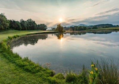 Golfplatz im Sonnenlicht